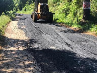 Prefeitura realiza recuperação do asfalto de trecho até a Comunidade Santa Helena