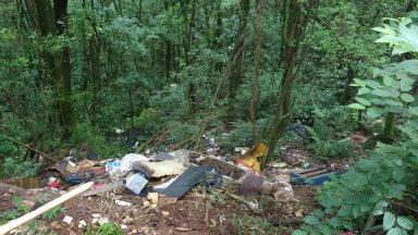 Moradores denunciam que terreno no Menino Deus está sendo utilizado como lixão