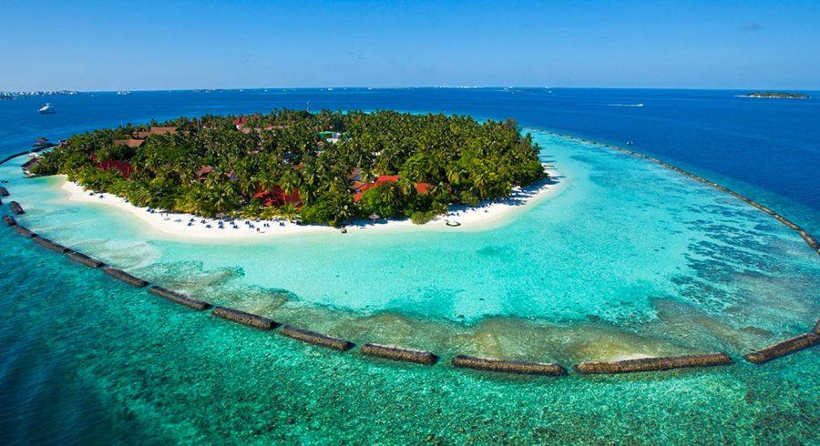 Insel der Malediven bei strahlendem Sonnenschein