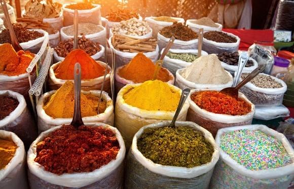 Bunte Gewürzvielfalt auf einem Markstand in Goa
