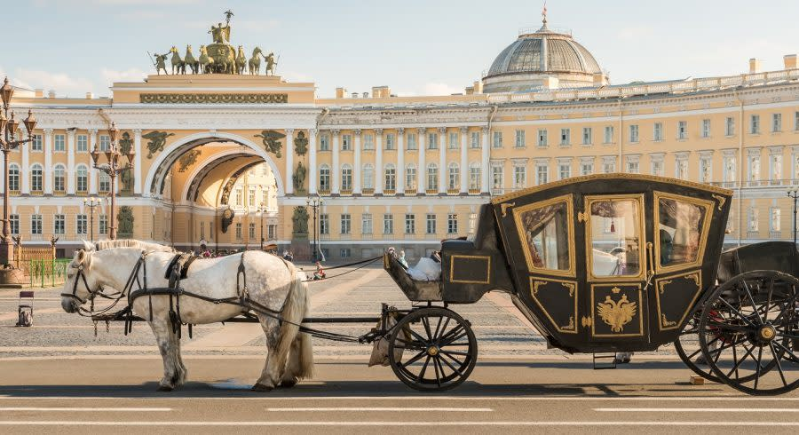 Horse-drawn carriage at the Winter Palace of St. Petersburg - Russia Travel Guide