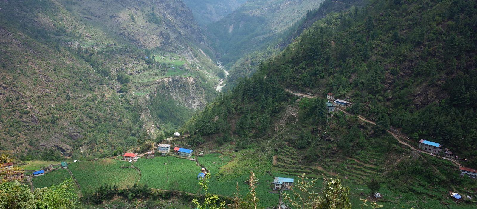 Grüne Berglandschaft. Surke Dorf und Dudh Koshi Tal bei Lukla, Solukhumbu, Everest Region, Nepal, Asien