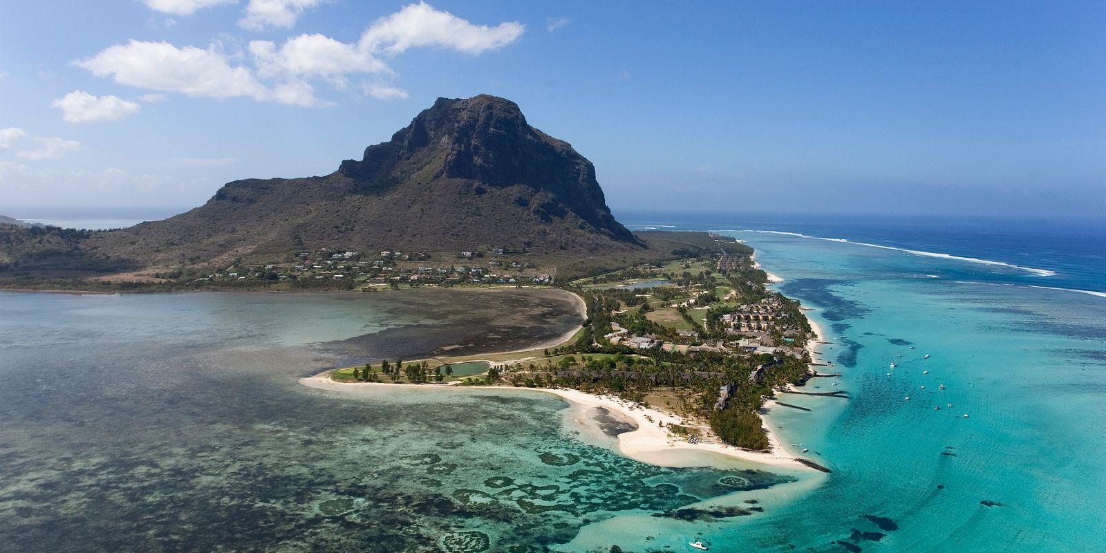 Vogelperspektive über die Strände und Berge von Mauritius
