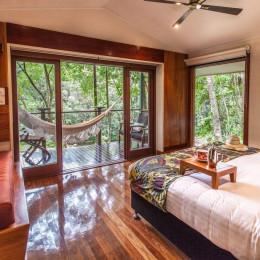 Zimmer mit Bett im Silky Oaks im Daintree Rainforest, Australien