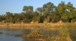 Außenansicht im Mwaleshi Camp in North Luangwa, Sambia