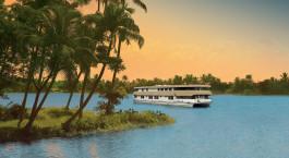 Kreuzfahrtschiff auf Wasserwegen in Indien