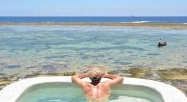 Tiwi Beach - Pool mit Blick auf den Strand