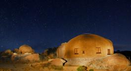 Außenansicht bei Nacht im Naries Namakwa Retreat in Namaqualand, Südafrika