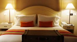 Zimmer mit Doppelbett und Kissen im Hotel Bantu in Cartagena, Kolumbien