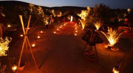 Außenbereich bei Nacht des La Pause Hotels in der Agafay Wüste, Marokko