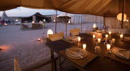 Überdachter Speisesaal unter dem Zelt und Abendessen im Inara Camp in der Agafay Wüste, Marokko