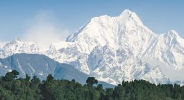 Ein traumhafter Ausblick auf schneebedeckte Gipfel: Pelling