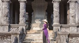 Frau vor Tempel in Hue, Vietnam - Things to do in Vietnam