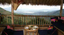 Terrasse mit Blick auf die Landschaft im Lanjia Lodge Hotel in Chiang Khong, Thailand