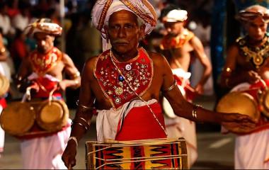 Festlich gekleidete Menschen beim Kandy Perahera in Sri Lanka