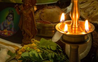 Brennende Öllampe auf Altar, Indien