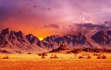 Namib-Wüste und felsige Berge bei Sonnenaufgang, Afrika