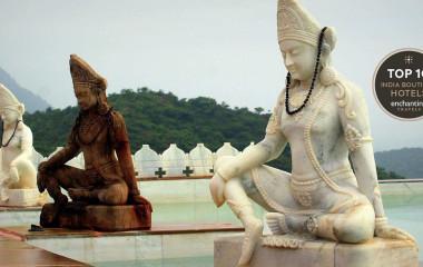 Drei Buddha-Statuen am Pool des Hotels Fateh Garh Udaipur in Rajasthan, Indien