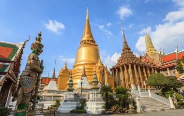 Goldene Kuppel des Königspalasts Wat Phrakaew in Bangkok, Thailand