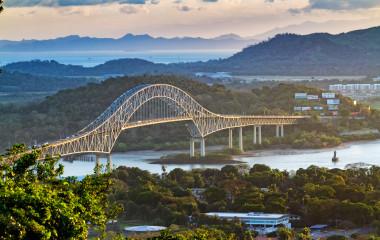 Panamakanal mit Brücke
