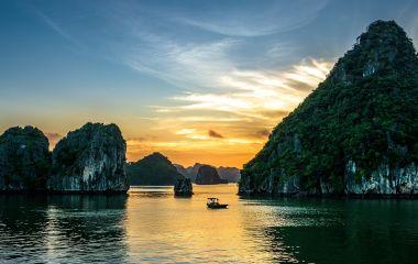 Sonnenuntergang über dem Wasser der Halong-Bucht in Vietnam