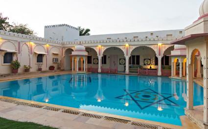 Pool im Innenhof des Hotels Rohetgarh Fort, Indien