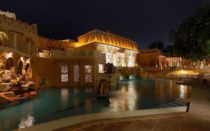 Abendlich beleuchteter Pool des Ajit Bhawan Palace in Jodhpur, Indien