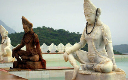 Drei Buddha-Statuen am Pool des Hotels Fateh Garh, Udaipur in Indien