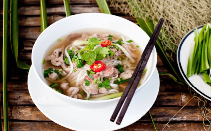 Schüssel mit Pho, der traditionellen vietnamesischen Suppe