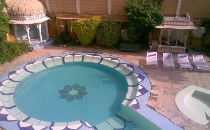 Runder Pool in Blumenform im Hotel Deogarh Mahal, Indien