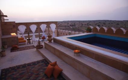 Pool auf Dachterrasse im Hotel Jaisalmer Suryagarh, Indien