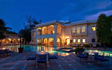 Abendlich beleuchteter Pool im Hotel Samode Haveli, Jaipur