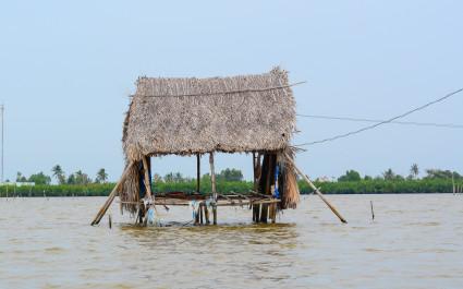 Strohhütten auf Stelzen im Mekong-Delta, Vietnam