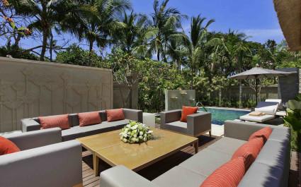 Loungebereich im Freien im Sofitel Bali Nusa Dua Beach Resort Hotel in Nusa Dua, Indonesien