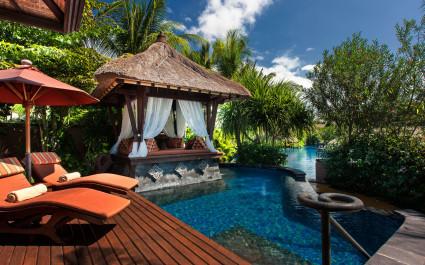 Poolanlage des St. Regis Bali Resort Hotels in Nusa Dua, Indonesien