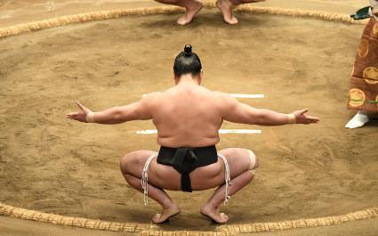 Japanischer Sumo-Kämpfer in Tokio kniet im Ring nieder