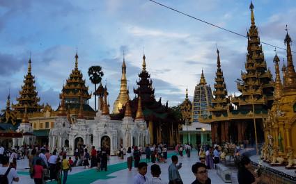 Besucher spazieren um die vielen Tempel in der Nähe der berühmten Shwedagon Pagode in Yangon, Myanmar