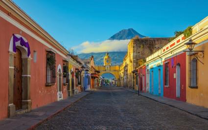 Bunte Häuser in Antigua mit dme Agua-Vulkan im Hintergrund, Guatemala