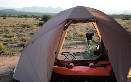 Kleines Zelt mit Campingstühlen in Savanne von Kenia, Afrika