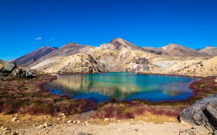 Der Emerald Lake in steiniger Landschaft am Tongariro Northern Circuit, Neuseeland