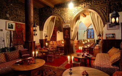 Innenansicht eines traditionell geschmückten Speisesaals einer Kasbah, Marokko