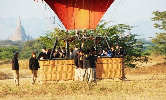 Ein Ballon in Bagan landet gerade
