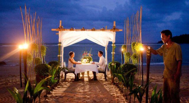 Romantisches Dinner am Strand der Ulruabsinsel Koh Samui in Thailand