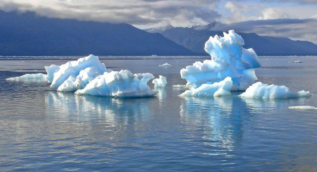 Raue Landschaft in Patagonien mit Eisbergen