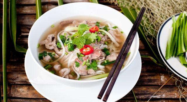 Essen in Asien mit Essstäbchen