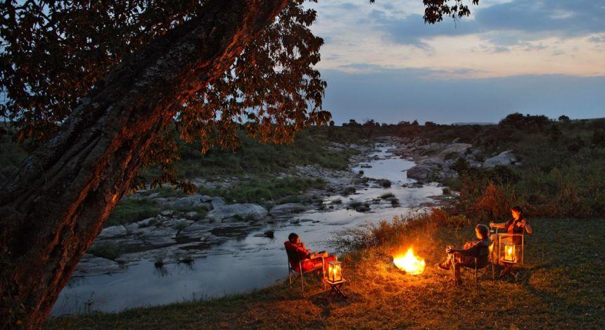 Lagerfeuer am Fluss in Masai Mara, Kenia