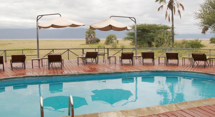 Swimmingpool mit Gebirge im Hintergrund