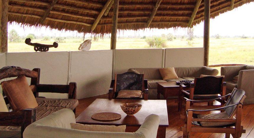 Sitzgruppe mit Reetdach im Hotel Maramboi Tented Camp, Tarangire, Tanzania