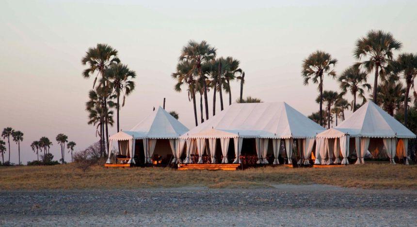 Außenansicht im San Camp Hotel in Kalahari Salzpfannen, Botswana