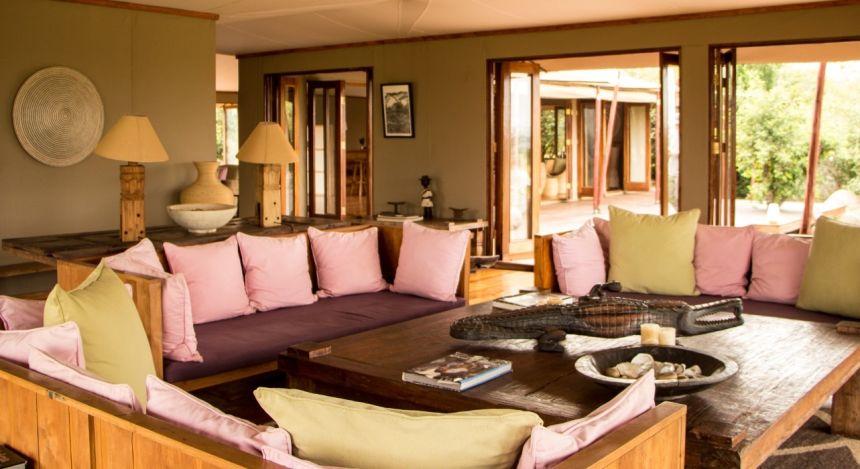 Sitzbereich in der Lounge Sayari Camp, Serengeti, Tanzania